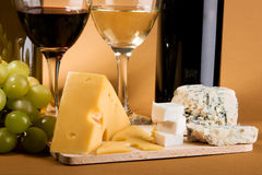 Ainda-vida do vinho e do queijo Imagens de Stock Royalty Free