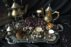 Ainda vida 1 Doces orientais tradicionais na bandeja do marroquino do vintage Imagens de Stock Royalty Free