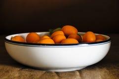 Ainda vida dos Kumquats na bacia Fotografia de Stock
