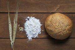 Ainda a vida dos nacos do pão branco, farinha, orelhas de milho corteja sobre Foto de Stock Royalty Free