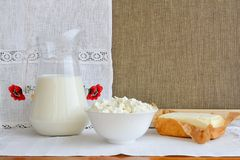 Ainda vida dos produtos láteos em um fundo de uma toalha com emb Fotografia de Stock