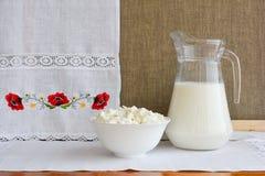 Ainda vida dos produtos láteos em um fundo de uma toalha com emb Fotos de Stock Royalty Free