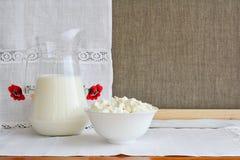 Ainda vida dos produtos láteos em um fundo de uma toalha com emb Imagem de Stock Royalty Free