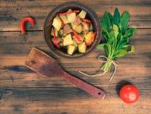 Ainda vida dos vegetais, batatas cozidas com carne, vegetais, pimenta no fundo da tabela de madeira rural Imagem de Stock Royalty Free