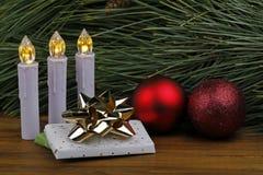 Ainda vida em dias de Natal com luzes e quinquilharias imagens de stock royalty free