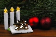 Ainda vida em dias de Natal com luzes e quinquilharias fotos de stock