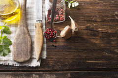 Ainda vida em um fundo de madeira escuro velho das lâminas da colher da cozinha, faca do vintage, orégano perfumado Imagem de Stock Royalty Free