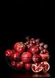 Ainda vida em um fundo escuro Frutos e bagas & x28; maçãs, pom Imagem de Stock