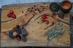 Ainda a vida engarrafa pimentas na superfície de madeira foto de stock