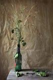 Ainda vida: flores desvanecidas do prado, fundo sujo foto de stock royalty free