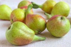 Ainda vida - fruto brilhante na tela clara Peras extravagantes - close up Imagens de Stock