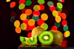 Ainda vida, fruto de quivi na tabela com o fundo do bokeh, lowkey Foto de Stock Royalty Free