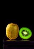 Ainda vida, fruto de quivi na tabela e fundo preto, lowkey Imagem de Stock Royalty Free