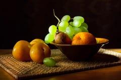 Ainda vida 1 Fruto em uma bandeja de vime Fotografia de Stock Royalty Free