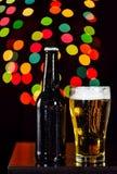 Ainda vida, garrafas da cerveja e vidro que obtém fresco no CCB do bokeh Fotografia de Stock Royalty Free