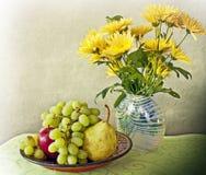 Ainda vida, interior com frutos e flores Imagem de Stock