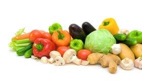 Ainda vida. legumes frescos em um fundo branco. Imagens de Stock