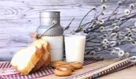 Ainda vida: leite, pão, salgueiro Fotografia de Stock