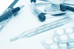 Ainda-vida médica com termômetro (azul tonificado) Fotografia de Stock