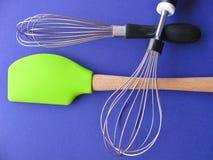 Ainda vida moderna com as ferramentas essenciais para cozinheiros e cozinheiros chefe Imagem de Stock Royalty Free