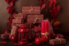 Ainda-vida monocromática do outono no vermelho e nas máscaras de Borgonha Imagem de Stock