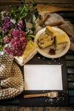 Ainda vida na tabela de madeira com placa e os bolos brancos Imagem de Stock Royalty Free