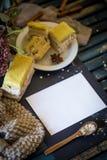 Ainda vida na tabela de madeira com placa e os bolos brancos Imagens de Stock