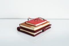 Ainda vida, negócio, conceito da educação Vidros com caderno Fotos de Stock
