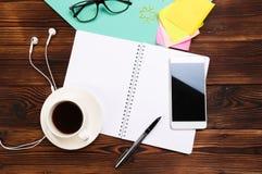 Ainda vida, neg?cio, materiais de escrit?rio ou conceito da educa??o: Vista superior da mesa de trabalho com o caderno vazio com  fotografia de stock