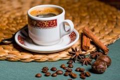Ainda vida no café delicioso turco da tabela com as especiarias de Imagem de Stock Royalty Free