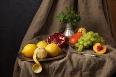 Ainda vida no estúdio, romã, uva, limão Imagens de Stock Royalty Free
