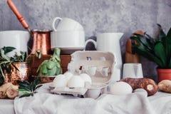 Ainda vida no estilo rústico Ovos frescos na tabela de linho Imagem de Stock