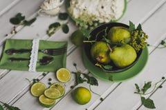 Ainda vida no estilo verde em uma tabela branca 8689 Fotografia de Stock Royalty Free