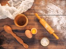 Ainda vida no fundo da tabela de madeira velha, vista superior no estilo rústico com utensílios da cozinha Farinha derramada Fotografia de Stock Royalty Free