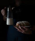 Ainda vida no Holandês-estilo pequeno uma mulher que guarda a bandeja com o jarro do leite e dos bolos vintage Fotografia de Stock