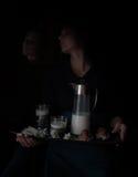 Ainda vida no Holandês-estilo pequeno uma mulher que guarda a bandeja com o jarro do leite e dos bolos vintage Imagens de Stock Royalty Free