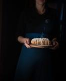 Ainda vida no Holandês-estilo pequeno uma mulher que guarda a bandeja de pão vintage Fotografia de Stock Royalty Free