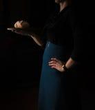 Ainda vida no Holandês-estilo pequeno uma mulher que guarda a bandeja de pão vintage Fotos de Stock Royalty Free