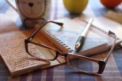Ainda vida: o punho com um caderno e pontos Imagens de Stock