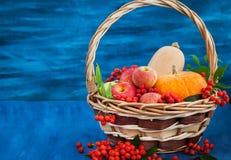 Ainda vida outonal com abóboras, maçãs e sorva Imagens de Stock Royalty Free