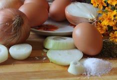 Ainda vida 1 Ovos e cebola Fotografia de Stock