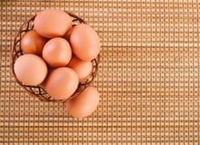Ainda Vida-ovos na cesta de vime Fotos de Stock Royalty Free