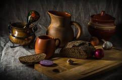 Ainda vida, pão caseiro e cerâmica Imagens de Stock
