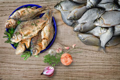 Ainda vida: peixes fritados e frescos do rio Fotos de Stock