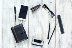 Ainda vida preto e branco: bloco de notas vazio aberto, cadernos, pena Imagens de Stock Royalty Free