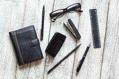 Ainda vida preto e branco: bloco de notas vazio aberto, cadernos, pena Imagem de Stock Royalty Free