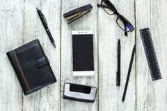Ainda vida preto e branco: bloco de notas vazio aberto, cadernos, pena Foto de Stock