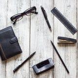 Ainda vida preto e branco: bloco de notas vazio aberto, cadernos, pena Imagens de Stock