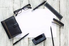 Ainda vida preto e branco: bloco de notas vazio aberto, cadernos, pena, lápis, vidros, bolsa Imagem de Stock Royalty Free