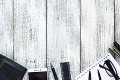 Ainda vida preto e branco: bloco de notas vazio aberto, cadernos, pena, lápis, vidros, bolsa Imagens de Stock